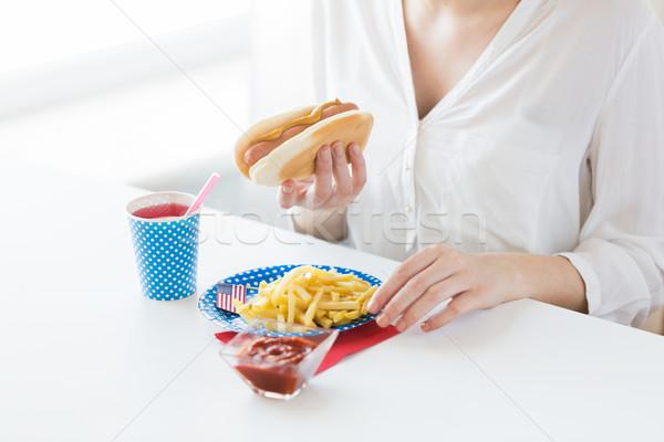 женщину еды хот-дог картофель фри праздников Сток-фото © dolgachov