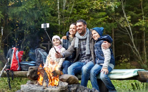Familie smartphone kampvuur camping reizen Stockfoto © dolgachov