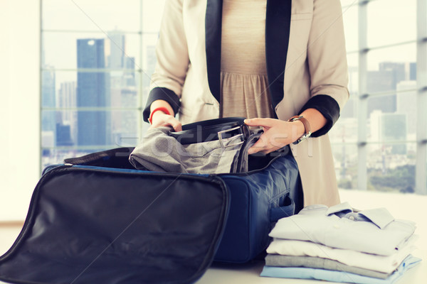 Nő csomagol hivatalos férfi ruházat utazás Stock fotó © dolgachov