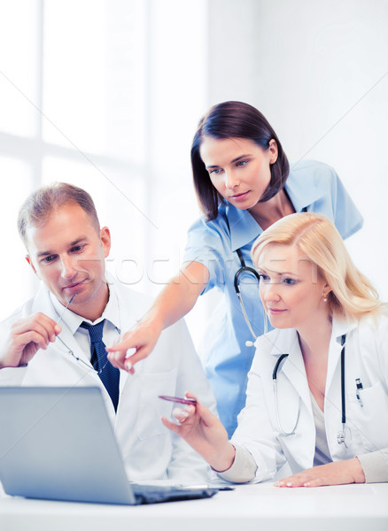 Stok fotoğraf: Doktorlar · bakıyor · dizüstü · bilgisayar · toplantı · sağlık · tıbbi