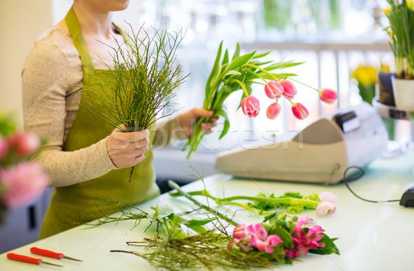 Közelkép virágárus készít köteg virágüzlet emberek Stock fotó © dolgachov