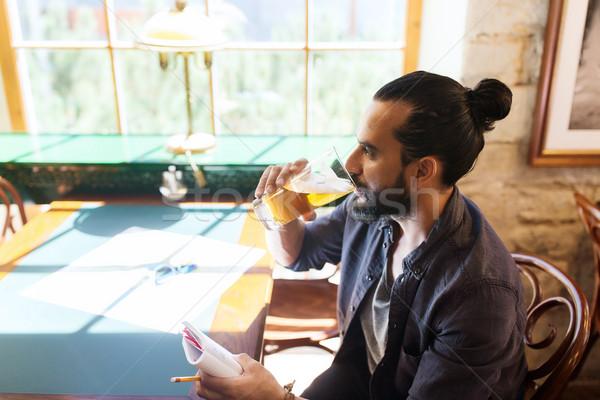 Mann Notebook trinken Bier bar Veröffentlichung Stock foto © dolgachov