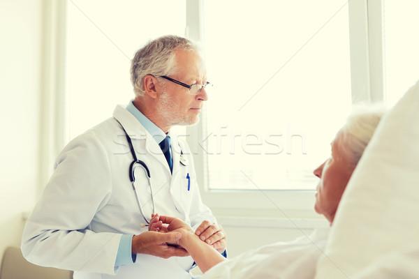 Medico senior donna impulso ospedale medicina Foto d'archivio © dolgachov