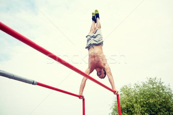 Młody człowiek równolegle bary odkryty fitness Zdjęcia stock © dolgachov