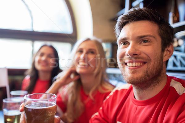Fans amis regarder football sport bar Photo stock © dolgachov