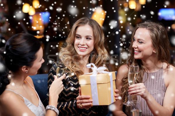 Gelukkig vrouwen champagne geschenk nachtclub viering Stockfoto © dolgachov