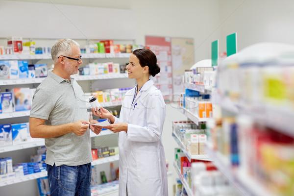 Gyógyszerész idős férfi vásárol drog gyógyszertár Stock fotó © dolgachov