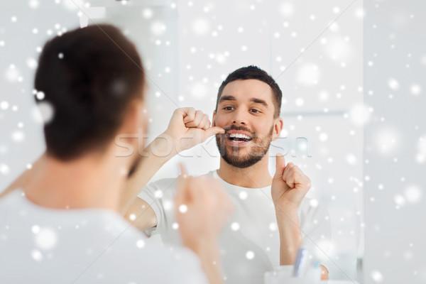 Man flosdraad schoonmaken tanden badkamer tandheelkundige zorg Stockfoto © dolgachov