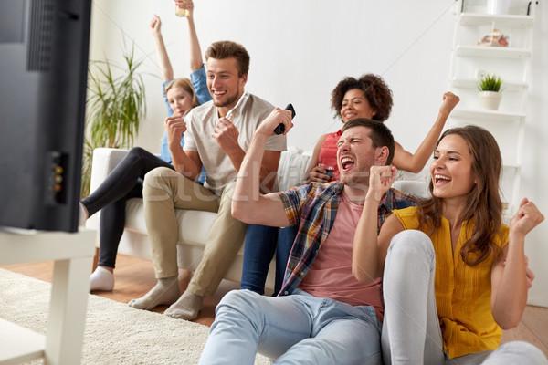 Felice amici remote guardare tv home Foto d'archivio © dolgachov