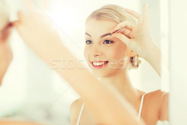 Mulher sobrancelha banheiro beleza pessoas sorridente Foto stock © dolgachov