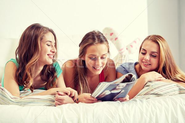 Barátok tini lányok olvas magazin otthon Stock fotó © dolgachov