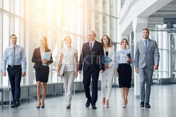 Gente de negocios caminando edificio de oficinas personas trabajo empresarial Foto stock © dolgachov