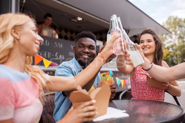 Arkadaşlar içecekler yeme gıda kamyon boş Stok fotoğraf © dolgachov