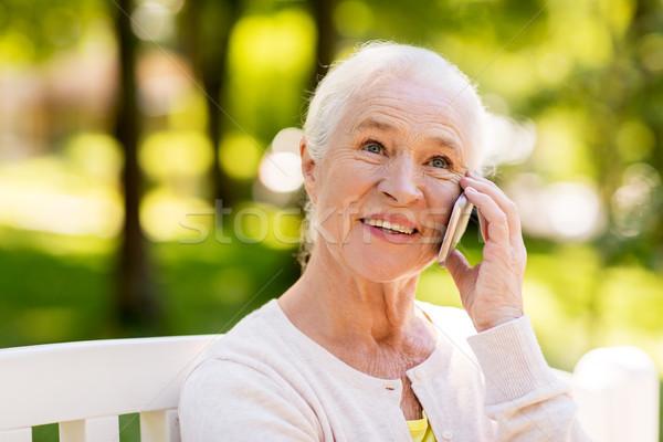 Stockfoto: Gelukkig · senior · vrouw · roepen · smartphone · zomer