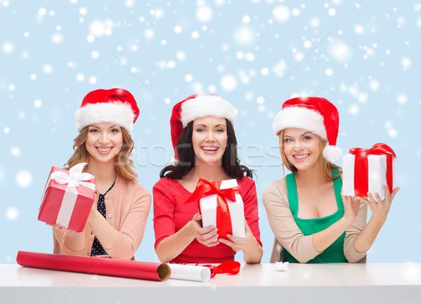 Sorridente mulheres ajudante caixas de presente Foto stock © dolgachov