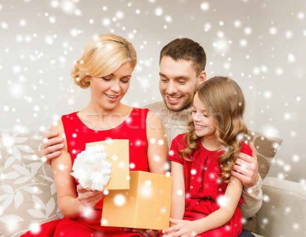 счастливая семья открытие шкатулке семьи Рождества рождество Сток-фото © dolgachov