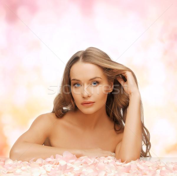 Vrouw lang haar rozenblaadjes gezondheid schoonheid mooie vrouw Stockfoto © dolgachov