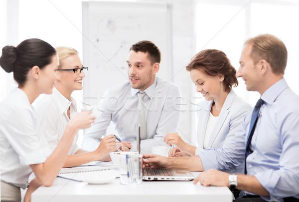 Foto stock: Equipe · de · negócios · reunião · escritório · negócio · amigável · grupo