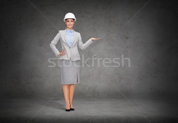 Zakenvrouw helm iets palm gebouw Stockfoto © dolgachov