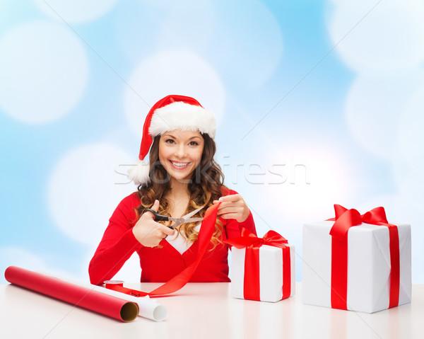Gülümseyen kadın yardımcı şapka hediye kutusu Stok fotoğraf © dolgachov