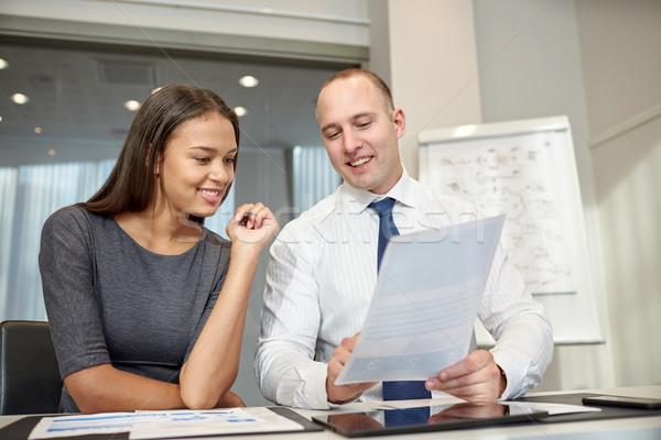 Sonriendo documentos oficina gente de negocios trabajo en equipo Foto stock © dolgachov