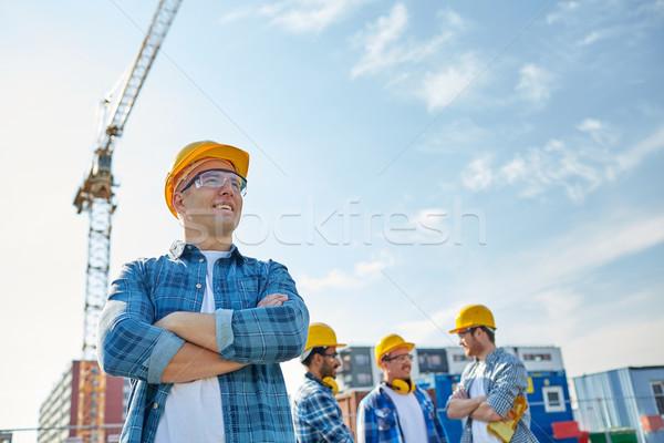 Groupe souriant constructeurs extérieur affaires bâtiment Photo stock © dolgachov