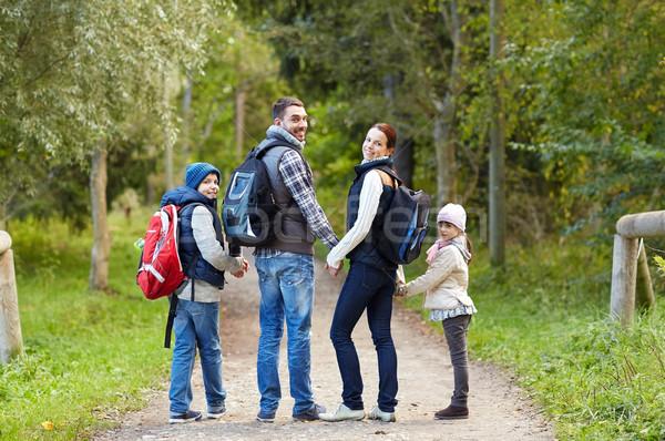 Família feliz caminhadas caminhada aventura viajar turismo Foto stock © dolgachov
