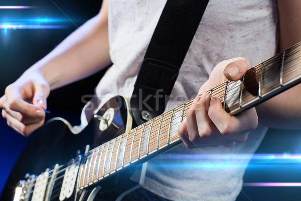 Músico jogar guitarra elétrica música pessoas instrumentos musicais Foto stock © dolgachov
