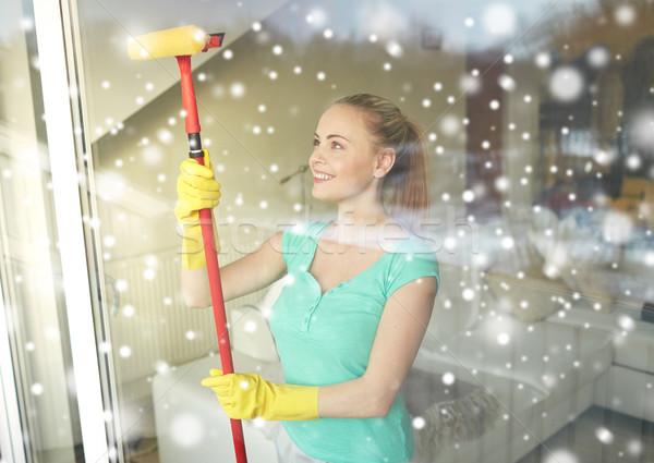 Heureux femme gants nettoyage fenêtre éponge Photo stock © dolgachov
