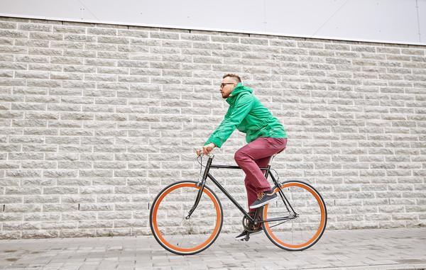 Fiatal hipszter férfi lovaglás fix viselet Stock fotó © dolgachov