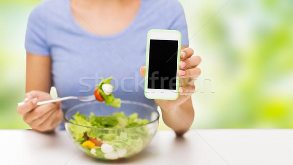 Mujer comer ensalada alimentación saludable Foto stock © dolgachov
