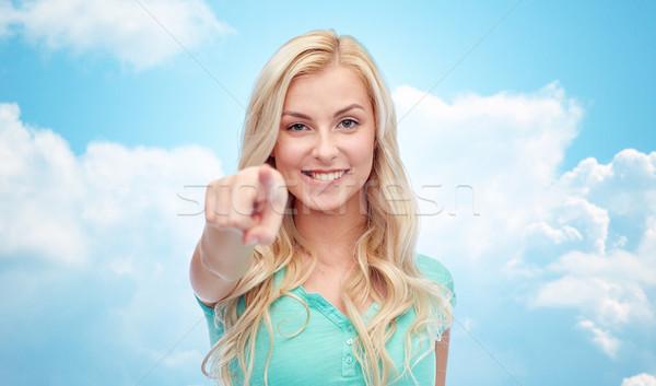 Gelukkig jonge vrouw wijzend vinger gebaar mensen Stockfoto © dolgachov