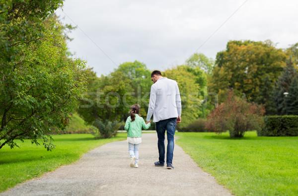 Glückliche Familie Fuß Sommer Park Familie Elternschaft Stock foto © dolgachov