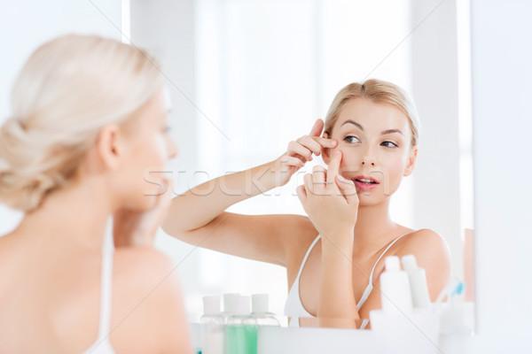 Vrouw puistje badkamer spiegel schoonheid hygiëne Stockfoto © dolgachov