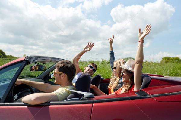 Szczęśliwy znajomych jazdy kabriolet samochodu kraju Zdjęcia stock © dolgachov