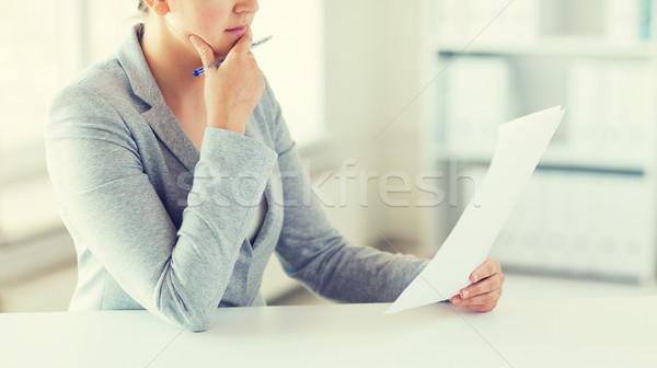 女性 読む 論文 税 レポート ストックフォト © dolgachov