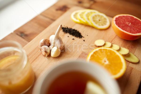 Foto d'archivio: Zenzero · tè · miele · aglio · legno