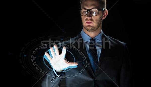 Empresário tocante virtual tela projeção pessoas de negócios Foto stock © dolgachov