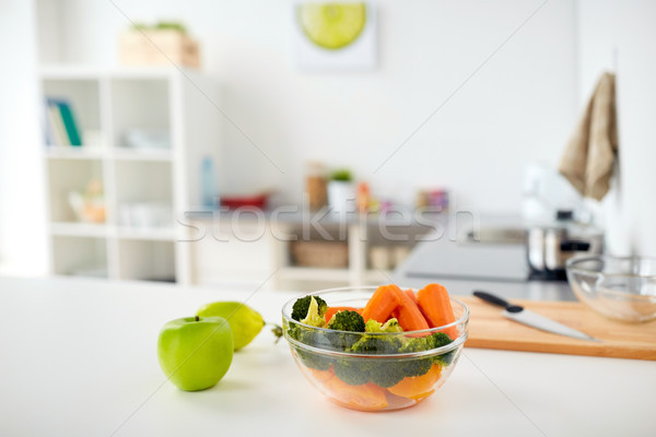 Kom voedsel keukentafel home gezond eten koken Stockfoto © dolgachov