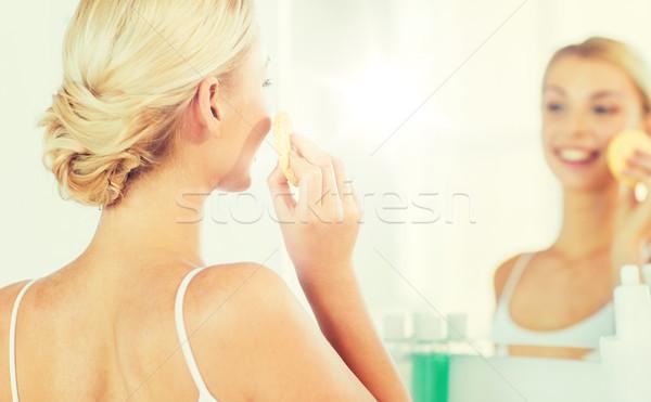 Foto stock: Mulher · lavagem · cara · esponja · casa
