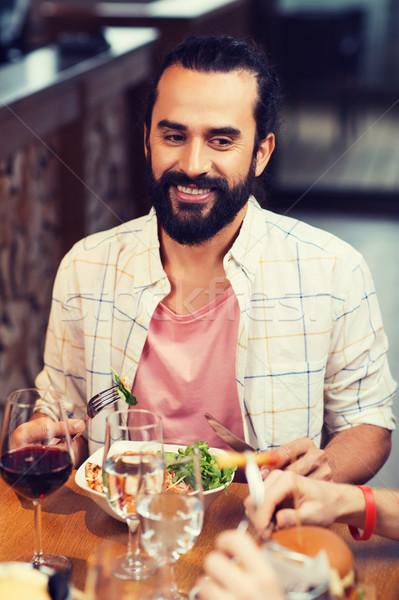 Feliz hombre cena restaurante ocio alimentos Foto stock © dolgachov