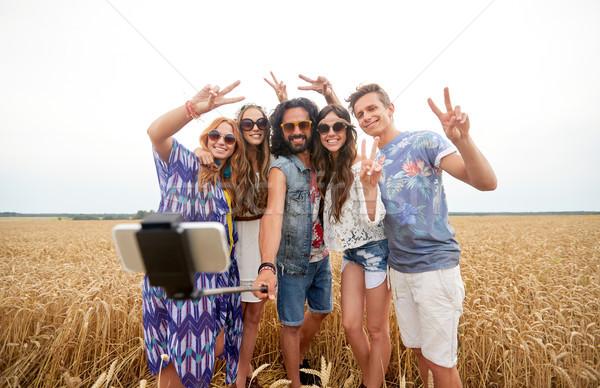 Hippie vrienden smartphone stick zomer technologie Stockfoto © dolgachov