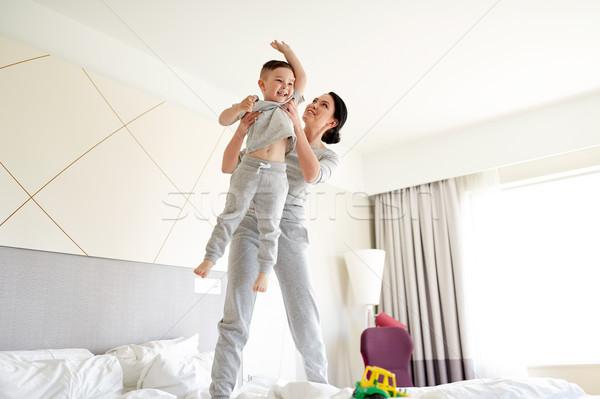 счастливым матери сын кровать домой номер в отеле Сток-фото © dolgachov