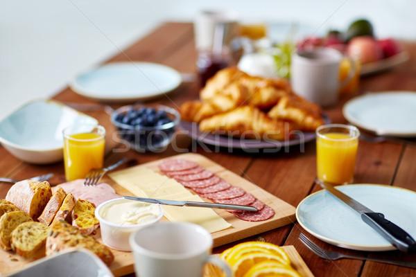 étel felszolgált fa asztal reggeli vendéglátás eszik Stock fotó © dolgachov