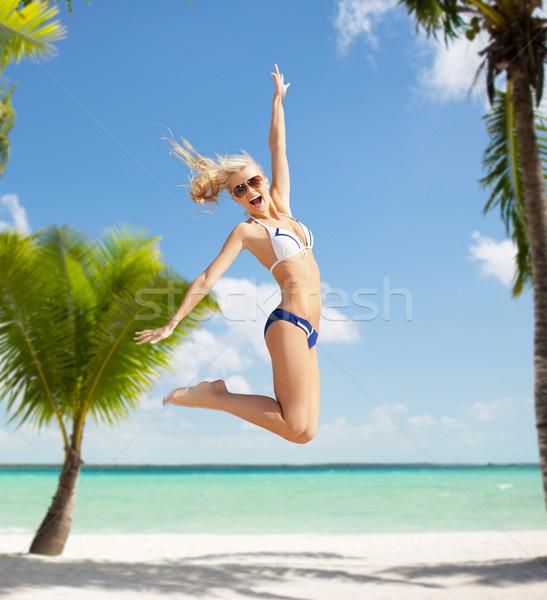 Lachend vrouw springen strand zomervakantie liefde Stockfoto © dolgachov