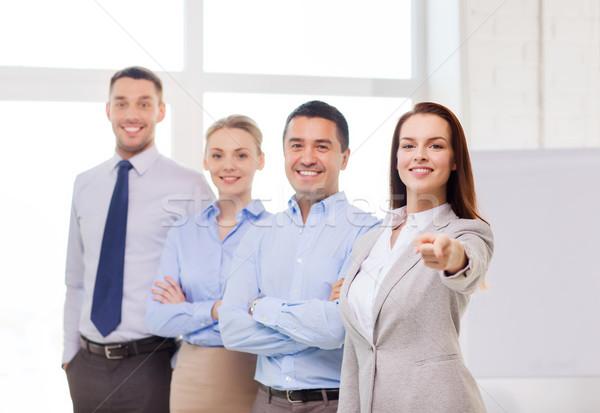 Mujer de negocios oficina senalando dedo negocios sonriendo Foto stock © dolgachov