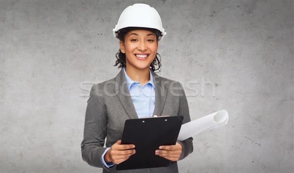 Femme d'affaires blanche casque presse-papiers bâtiment développement Photo stock © dolgachov