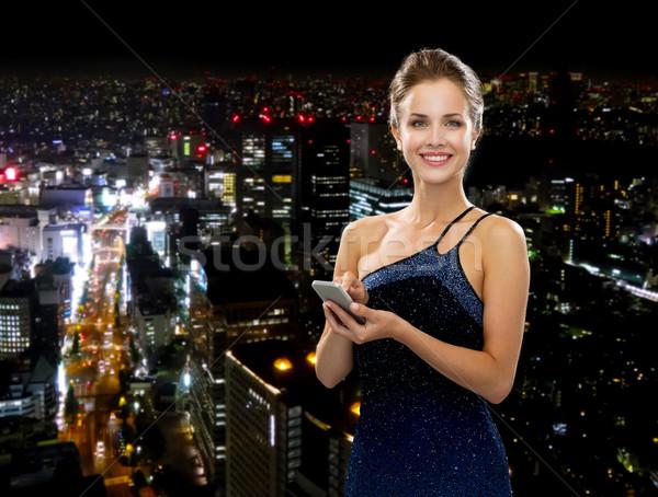 Сток-фото: улыбающаяся · женщина · вечернее · платье · смартфон · технологий · связи · люди