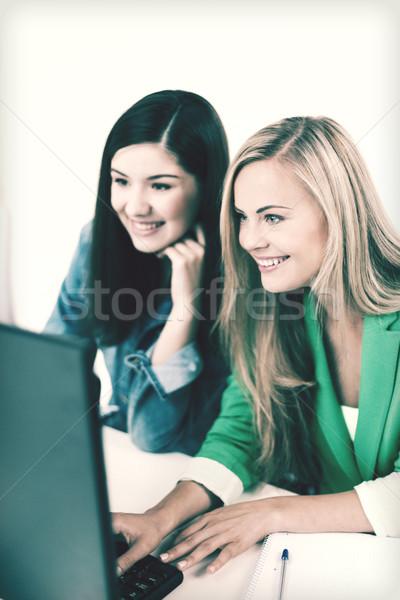 Foto d'archivio: Studenti · guardando · scuola · istruzione · laptop