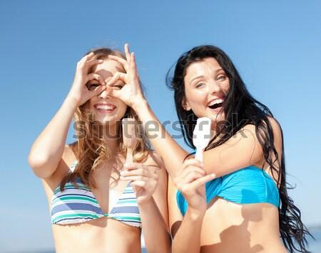 ストックフォト: 2 · 笑い · 若い女性 · ビーチ · 夏休み · 休日
